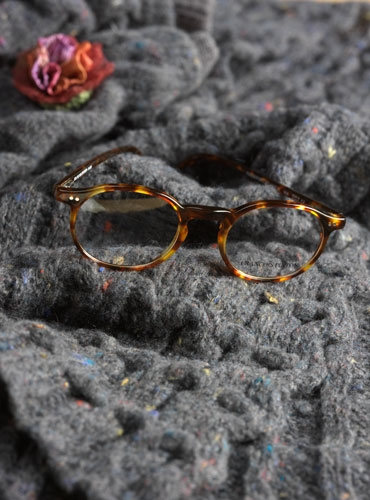 Classic Oval Frame in Dark Tortoise